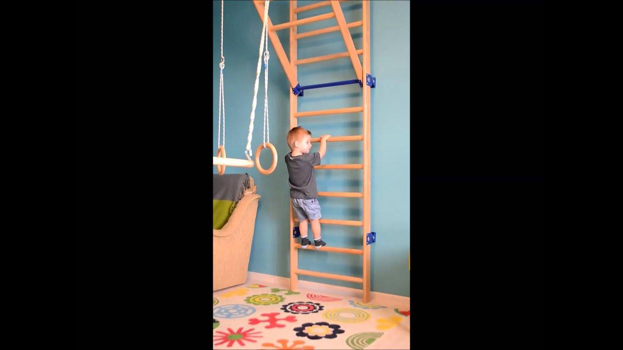 Ребенок на шведской стенке фото