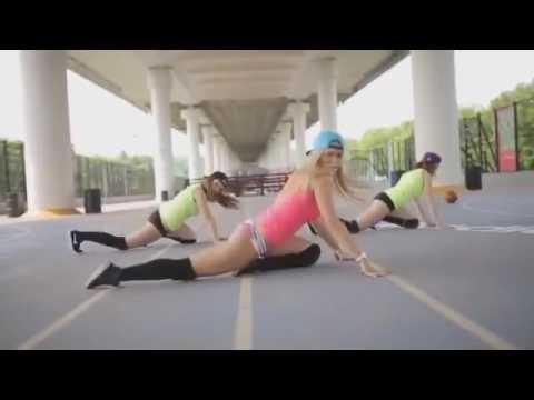 Уличные танцы девушек.