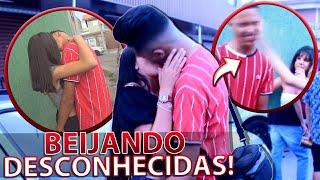 BEIJANDO GAROTAS DESCONHECIDAS NO BLOQUINHO!!