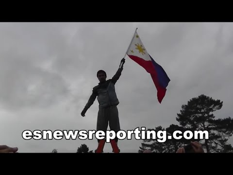 Manny Pacquiao Beast Mode Runs With Philippines Flag - esnews