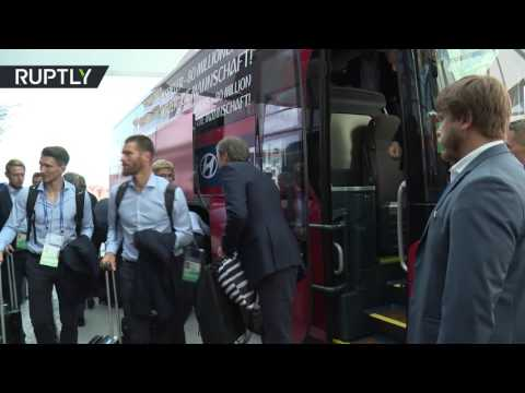 Футболисты сборной Германии прибыли в отель в Сочи под аккомпанемент балалаек