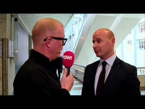 We mogen weer eens lappen aan Brussel. Jan Roos maakt een rondje langs Nederlandse politici en VVD-Kamerlid Mark Verheijen begint opeens te schelden.