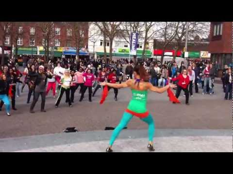 East London gets Zumba Flash Mobbed by Chloe 2012 'Descarga en Do