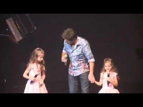 Daniel canta com as filhas