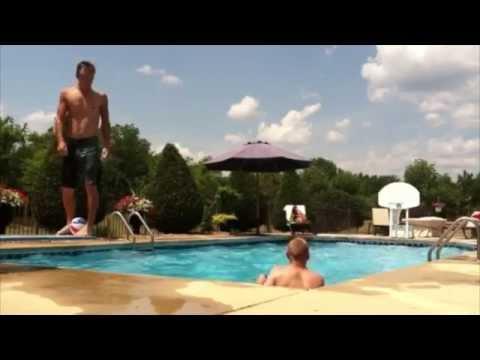Awesome basketball trick shot in the pool - Fantasztikus kosárlabda dobás a medencéből