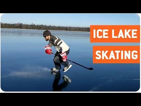 一面凍った湖の上でスケートをするホッケー選手