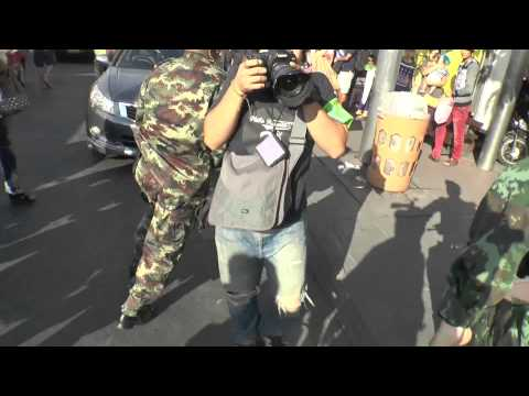 Bangkok (Thailande) 24-05-2014 Anti Coup protest: Royal Thai Army RUN AWAY