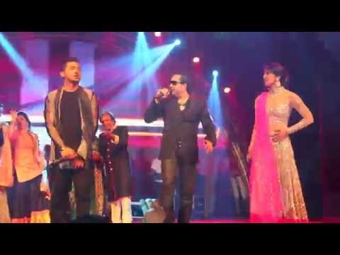 Mika Singh performing with Priyanka Chopra & Yo Yo Honey Singh...