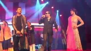 Mika Singh performing with Priyanka Chopra & Yo Yo Honey Singh
