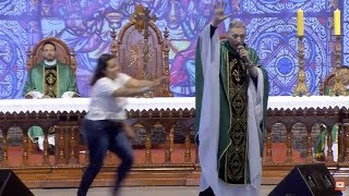 Woman in Brazil SH0VES well-known priest off stage in front of 50,000 people