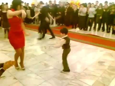 маленький мальчик танцует лезгинку