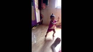 Mọi người  cùng đoán bé múa kiểu gì nhé?????