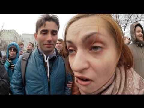 Москва. 26 марта. Ура-патриотка атакует молодых людей у памятника Твардовскому