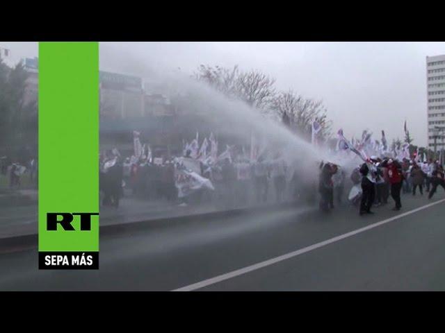 La Policía turca dispersa una protesta de maestros con cañones de agua