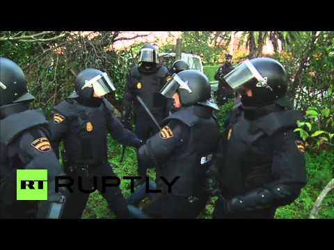 Spain: See riot police crackdown on activists in forced eviction