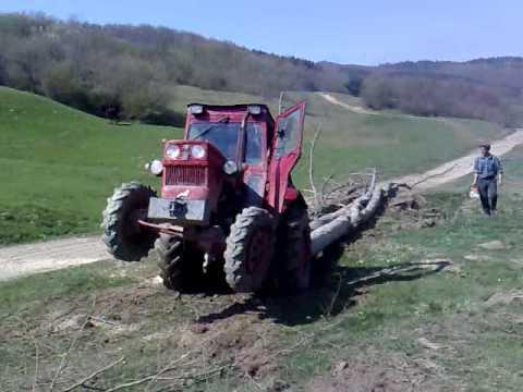 tractor U445 la tras lemne pe valea zizinului
