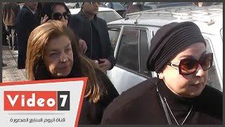 بالفيديو.. أول ظهور للفنانة هدى رمزى فى عزاء شقيقها محمد حسن رمزى