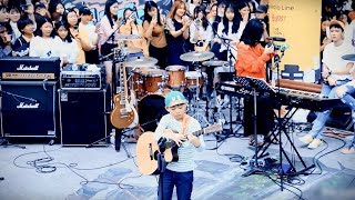 9-Year-Old Fingerstyle Guitar Prodigy Shows Ultimately Fast Play