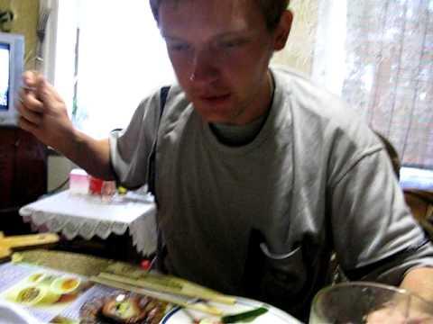 Полик первый раз ест суши))