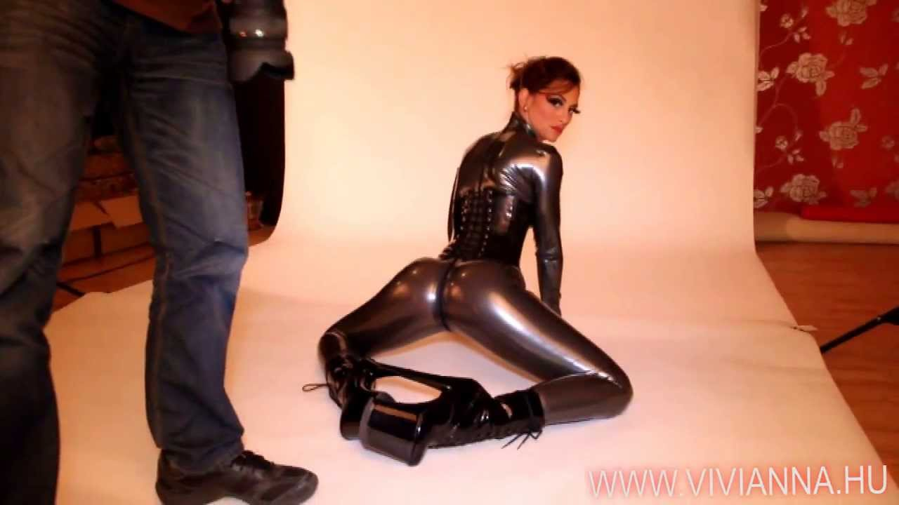 BDSM enthusiast Latex Lucy toying MILF pussy in fetish clothing and hood № 959439 без смс