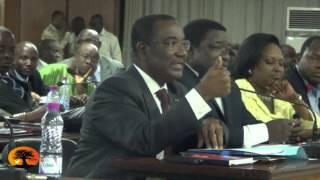M. Selom KLASSOU brandit la loi portant statut de l