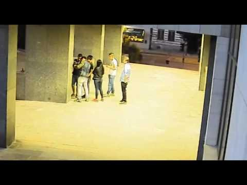 Разыскиваются подростки, избившие девушку перед зданием полиции