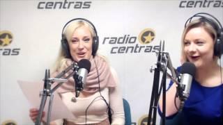 """Dainininkė Augustė laidos """"Po ketvirtos"""" vedėjus mokė dainuoti."""