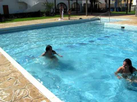 Ellas las sirenas de piscina xdd youtube for Fotos follando en la piscina