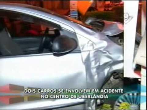 Dois veículos se envolvem em acidente na Afonso Pena
