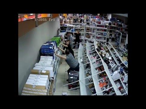Падение стеллажей на складе /  Falling stock shelves