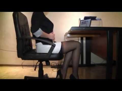 pod-stolom-u-sekretarshi-kamera-video