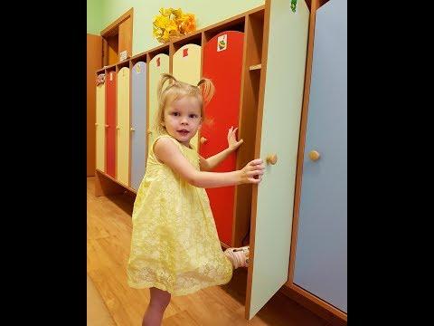 Детский сад Тома собирается домой и ищет свой шкафчик Дети в детском саду