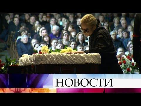 В МХТ имени Чехова проститься с народным артистом Олегом Табаковым пришли тысячи людей.
