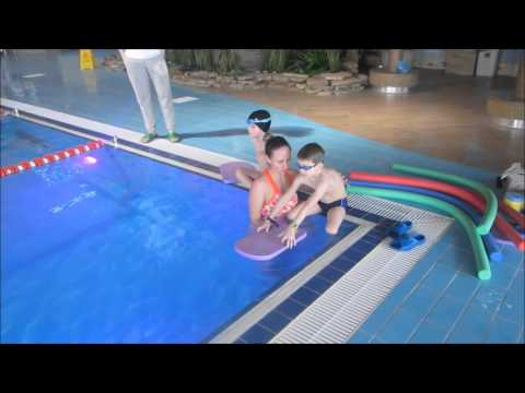 Дети в бассейне. Учимся плавать без дна.Children in the pool. Learn to swim.