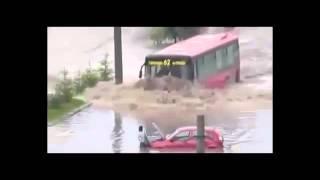 Choáng với xe bus liều lĩnh đi qua nước ngập lụt