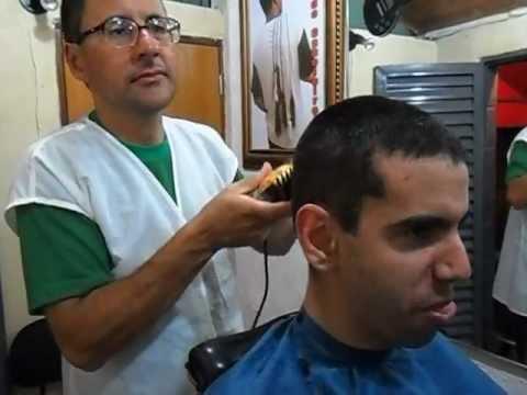 Ronaldo ensina como cortar cabelo com máquina e fazer acabamento com navalha