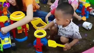 Em bé tập chơi trò chơi xúc cát | BomBeeKids