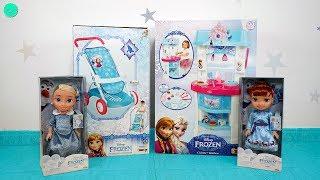Bebes Elsa y Ana van en carrito y juegan en la cocina de Juguetes Frozen