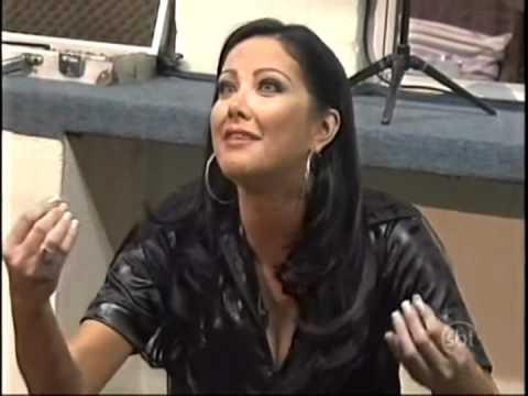 Helen Ganzarolli cai em pegadinha no 'Programa Silvio Santos'