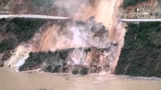 Caída de carretera Huancayo-Huancavelica a embalse de rio Mantaro, 20/01/2014