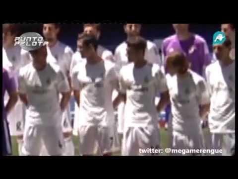 Gonzalo Higuaín y Cristiano Ronaldo bromean en la presentación de la nueva equipación