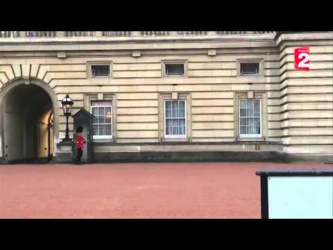 Buckingham palace mime guard