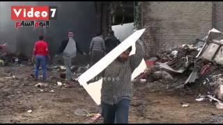 """بعد خسائر بالملايين..عمال مصنع """"ميت نما """" يجمعون ما تبقى من الحريق"""