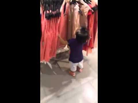Shopping girl! Chết tui rồi, mới nhỏ đã giống cha thumbnail