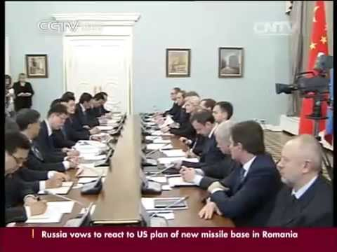 Li Keqiang, Medvedev meet the press