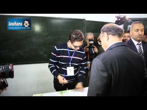Moncef El Marzouki exerce son droit de vote au bureau de Kantaoui