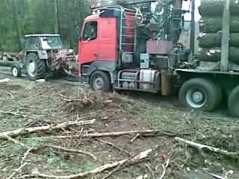 Wyciąganie ciężarówki z drewnem.Pulling a truck with wood