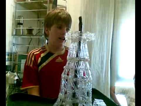 Manu y Jaime; maqueta torre extracción petróleo