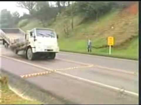Acidente - Caminhão Parte ao meio assustando reporter