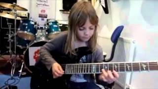 6-ամյա աղջնակը գիթար նվագում է պրոֆեսիոնալի նման